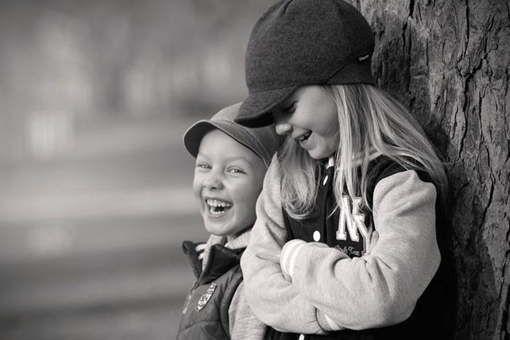Lachende Kinder am Baum